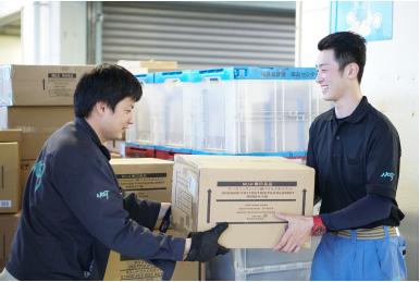 店舗からの依頼に合わせて倉庫から直接家具を宅配/設置
